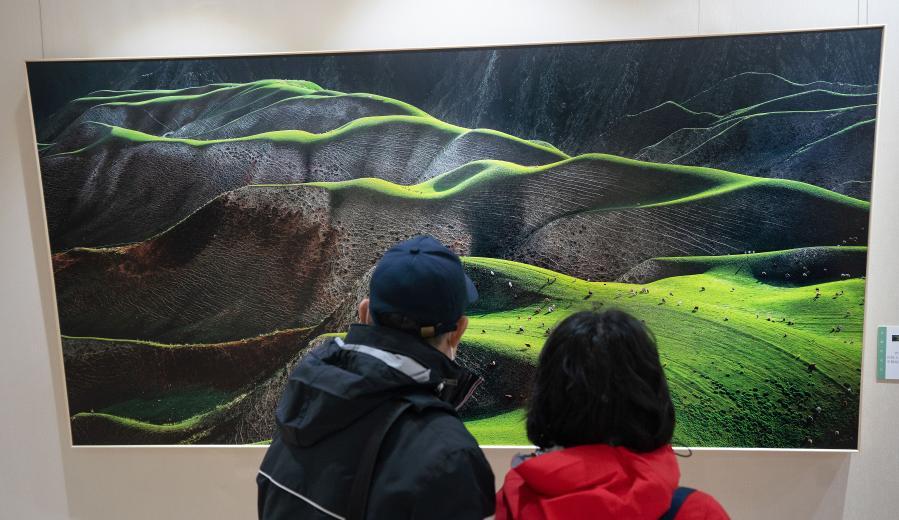 """""""天山放歌""""攝影展展現新疆各族人民幸福生活"""